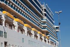 Traghetto e lance di salvataggio Fotografie Stock