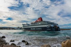Traghetto greco che arriva al porto fotografia stock libera da diritti