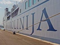 Traghetto Jadrolinija nella spaccatura del porto immagini stock libere da diritti