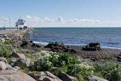 Traghetto lontano nel bacino Fotografie Stock