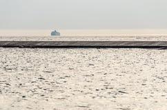 Traghetto nebbioso che entra in porto immagini stock libere da diritti