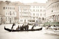 Traghetto par la passerelle de Rialto Image libre de droits