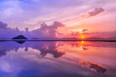 Traghetto pubblico del carico, Kennedy Town, Hong Kong: uno dei pochi migliori posti per la presa delle foto di tramonto con la r fotografie stock libere da diritti