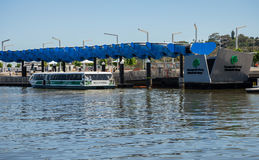 Traghetto pubblico di Transperth ad Elizabeth Quay Jetty nella città di Perth Immagini Stock