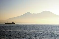 Traghetto su un mare con il supporto Vesuvio fotografia stock