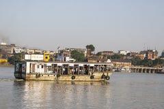 Traghetto sul fiume in Calcutta Immagini Stock
