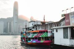 Traghetto variopinto della stella che aspetta in un bacino l'imbarco in Victoria Harbor in Hong Kong China fotografia stock