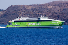 Traghetto veloce sul modo all'isola di Thira (Fira, Santorini) Fotografie Stock
