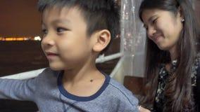 Traghetto Victoria Bay Hong Kong della stella di guida del bambino e della madre video d archivio