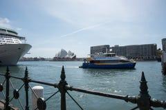 Traghetto virile, Quay circolare e teatro dell'opera Immagini Stock Libere da Diritti