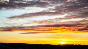 Tragisk himmel, guling-rosa färger moln, soluppgång eller solnedgång arkivbild