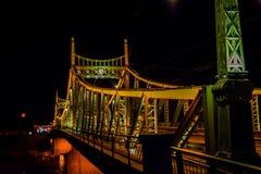 Traian Bridge Arad, de Nachtfoto van Roemenië stock afbeeldingen