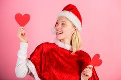 Traiga el amor a la Navidad del día de fiesta de la familia Quiero la Navidad El traje feliz de santa del desgaste de la muchacha foto de archivo