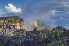 Trail down from the plateau Roraima passes under a falls - Venez Royalty Free Stock Photos