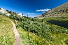 trail för lakeliggandeberg Arkivfoto