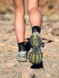 trail för running skor för closeupfotben Royaltyfri Fotografi