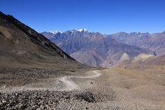 Trail leading from the Thorung La mountain pass to Muktinath Stock Image