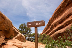 Trail sign between sandstone cliffs Royalty Free Stock Photos