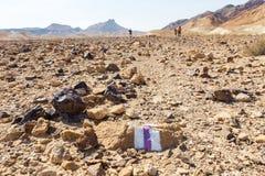 Trailblazing fotvandrare för markering för slingamarkörtecken som går stenen Fotografering för Bildbyråer