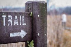Trailhead Zeichen im Freien mit Pfeil und Weichzeichnung lizenzfreie stockfotos