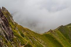 Trailrunning fêmea nas montanhas de cumes de Lechtal, Tirol norte, Áustria Foto de Stock