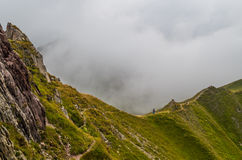 Trailrunning femelle en montagnes des Alpes de Lechtal, Tyrol du nord, Autriche Photo stock