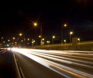 trails för nattgatatrafik Arkivbild