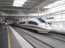 Train à grande vitesse dans la station d'Atocha Photo libre de droits