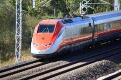 Train à grande vitesse italien passant près Photographie stock libre de droits