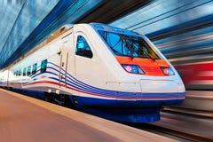 Train à grande vitesse moderne avec la tache floue de mouvement