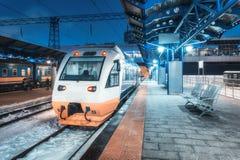 Train à grande vitesse sur la gare ferroviaire la nuit en hiver photos libres de droits