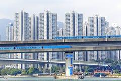 Train à grande vitesse sur le pont dans la ville du centre de Hong Kong Image stock