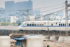 Train à grande vitesse à travers la ville avec des bâtiments photo libre de droits