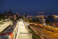 Train à l'étape d'atterrissage à Hambourg image stock