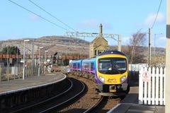 Train à unités multiples diesel arrivant à la station Images libres de droits