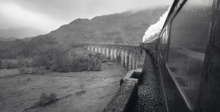 Train écossais de vapeur passant un pont classique Photos stock