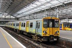 Train électrique de Merseyrail dans la station de Southport Images stock