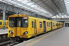 Train électrique de Merseyrail dans la station de Southport Photo libre de droits