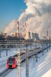 Train électrique et centrale thermique photographie stock libre de droits