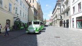 Train électrique pour des touristes dans les rues de ville de Ljubljana la ville capitale et plus grande de la Slovénie banque de vidéos