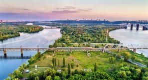 Train électrique urbain de Kiev sur le pont de chemin de fer de Petrovsky en Ukraine Images libres de droits