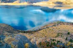 Train allant le long du rivage le lac Kamloops photographie stock libre de droits
