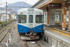 Train arrêté à la gare ferroviaire de Fujikyu Image stock
