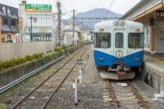 Train arrêté à la gare ferroviaire de Fujikyu Photo stock