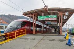 Train arrêté à la gare ferroviaire de Kawaguchiko Images libres de droits