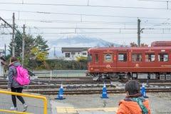 Train arrêté à la gare ferroviaire de Kawaguchiko Photographie stock