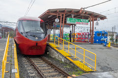Train arrêté à la gare ferroviaire de Kawaguchiko Image stock