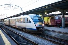 Train arrivant dans la station Photo stock