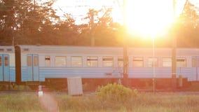 Train au coucher du soleil avec le rayon de soleil banque de vidéos