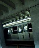 Train au fond arrêté dans la gare Photo libre de droits
